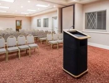 ramada plaza green bay 2017 room prices deals reviews. Black Bedroom Furniture Sets. Home Design Ideas