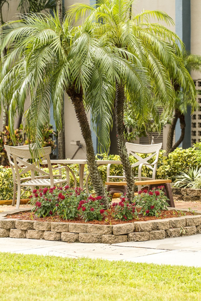 Terrace/Patio, Clarion Inn & Suites Miami International Airport