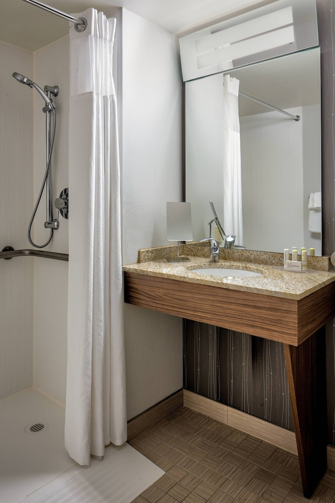 Bathroom, Courtyard by Marriott Downtown Grand Rapids