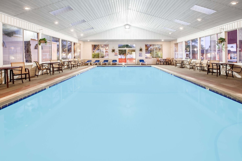 Pool, Super 8 by Wyndham Mackinaw City/Beachfront Area