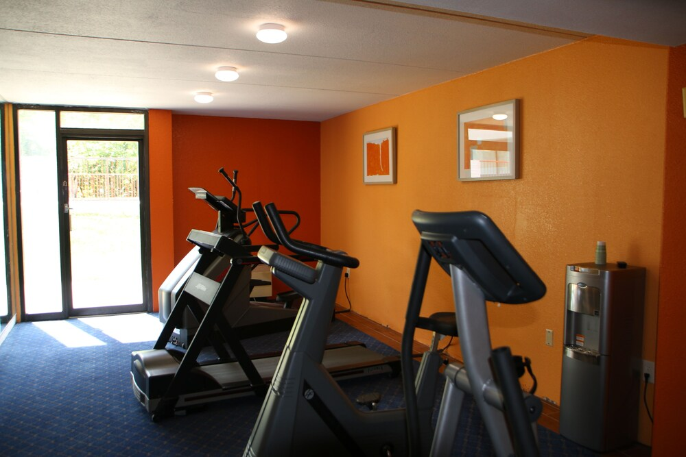 Fitness Facility, Econo Lodge Inn & Suites