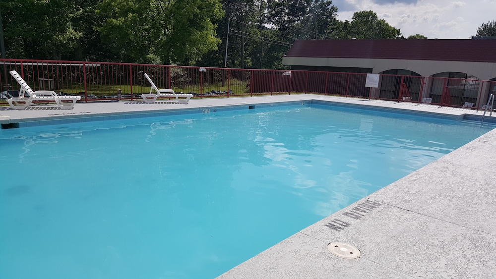 Pool, Econo Lodge Inn & Suites