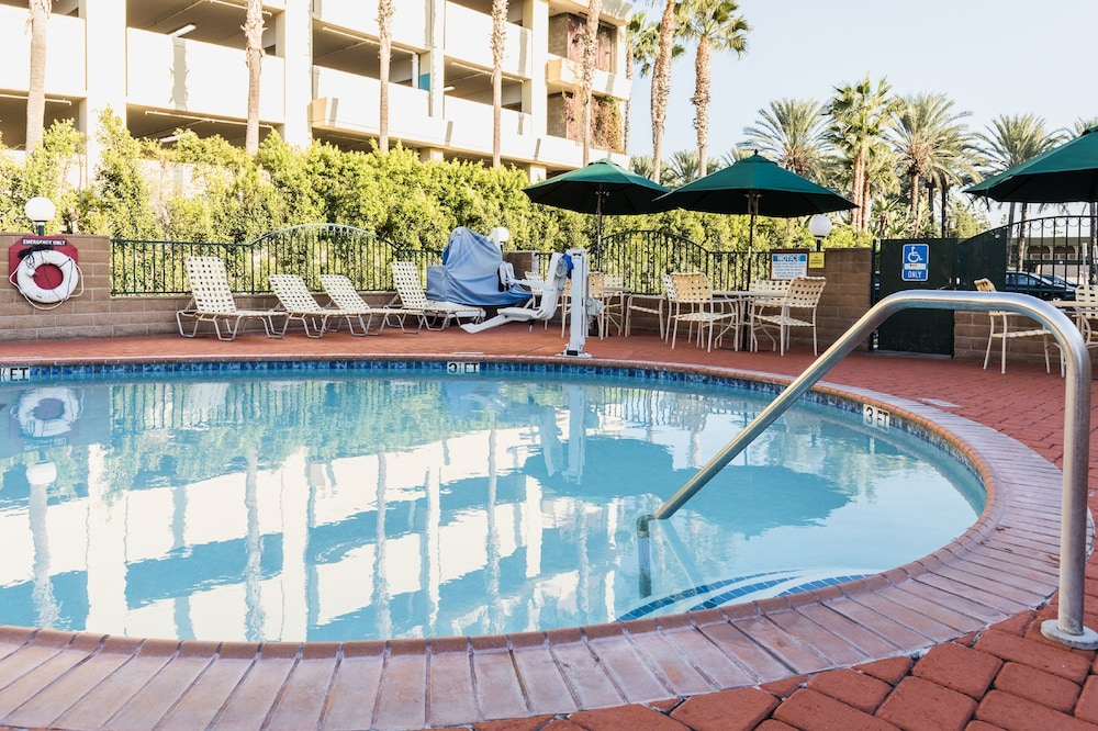 Outdoor Spa Tub, Kings Inn Anaheim at the Park & Convention Center