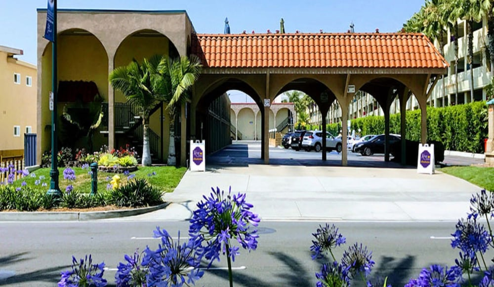 Property Entrance, Kings Inn Anaheim at the Park & Convention Center