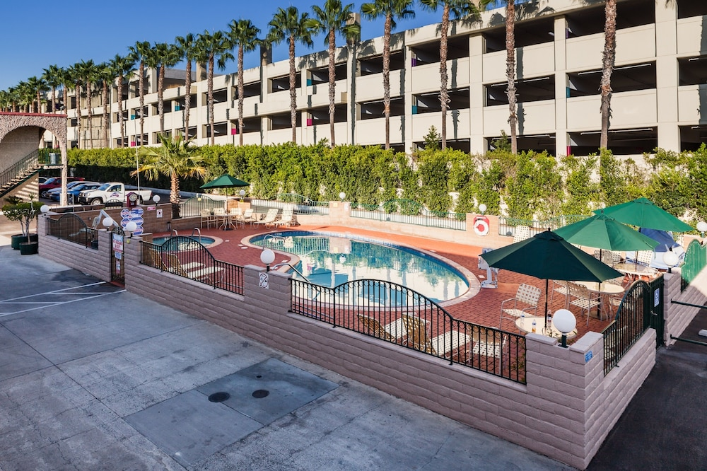 Outdoor Pool, Kings Inn Anaheim at the Park & Convention Center