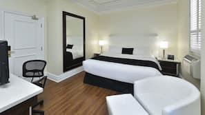 Pillowtop-bedden, een bureau, verduisterende gordijnen
