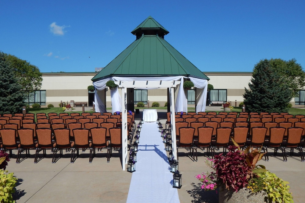 Outdoor Wedding Area, Marriott Minneapolis Airport