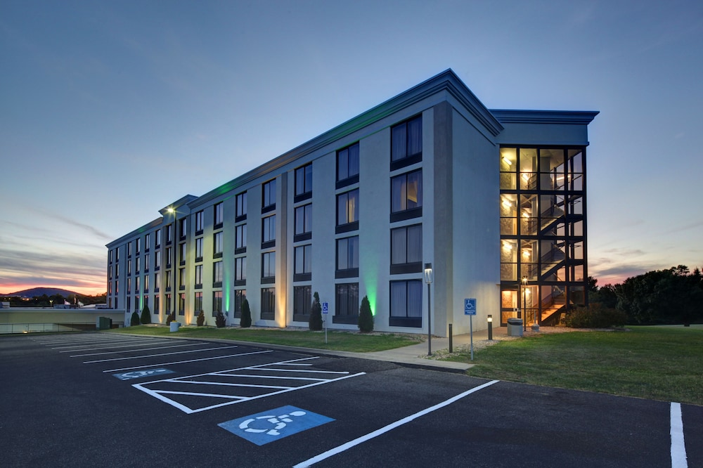 Exterior, Holiday Inn Staunton Conference Center