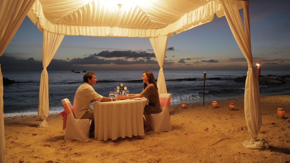 Couples Dining, Crystal Cove by Elegant Hotels All Inclusive Resort