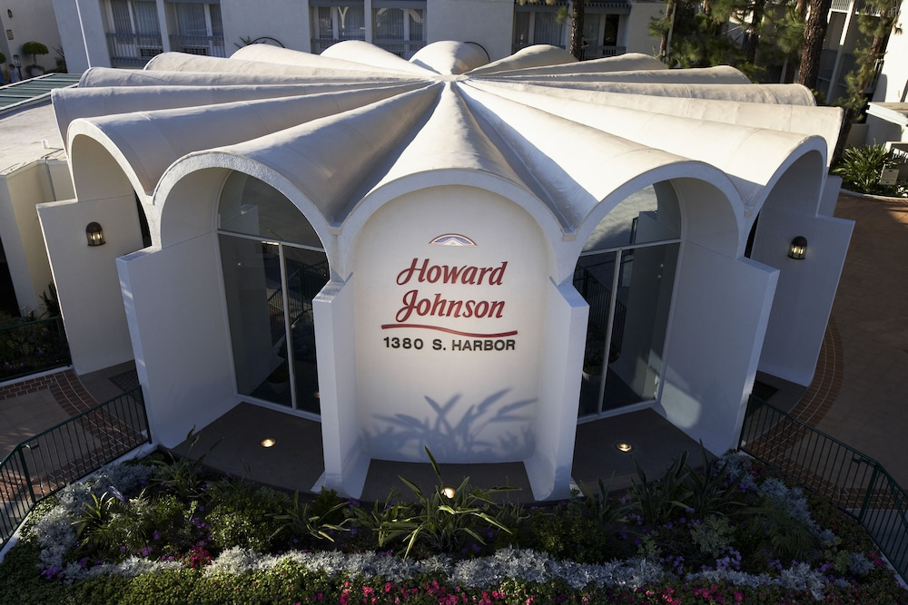 Front of Property, Howard Johnson by Wyndham Anaheim Hotel & Water Playground