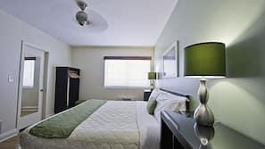 Biancheria da letto ipoallergenica, cassaforte in camera, una scrivania