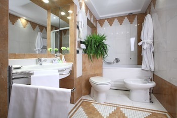 Superior Double or Twin Room (gym access) - Bathroom