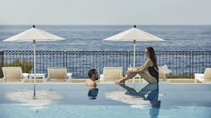 실내 수영장, 시즌별로 운영되는 야외 수영장, 08:00 ~ 19:00 오픈, 수영장 파라솔, 일광욕 의자