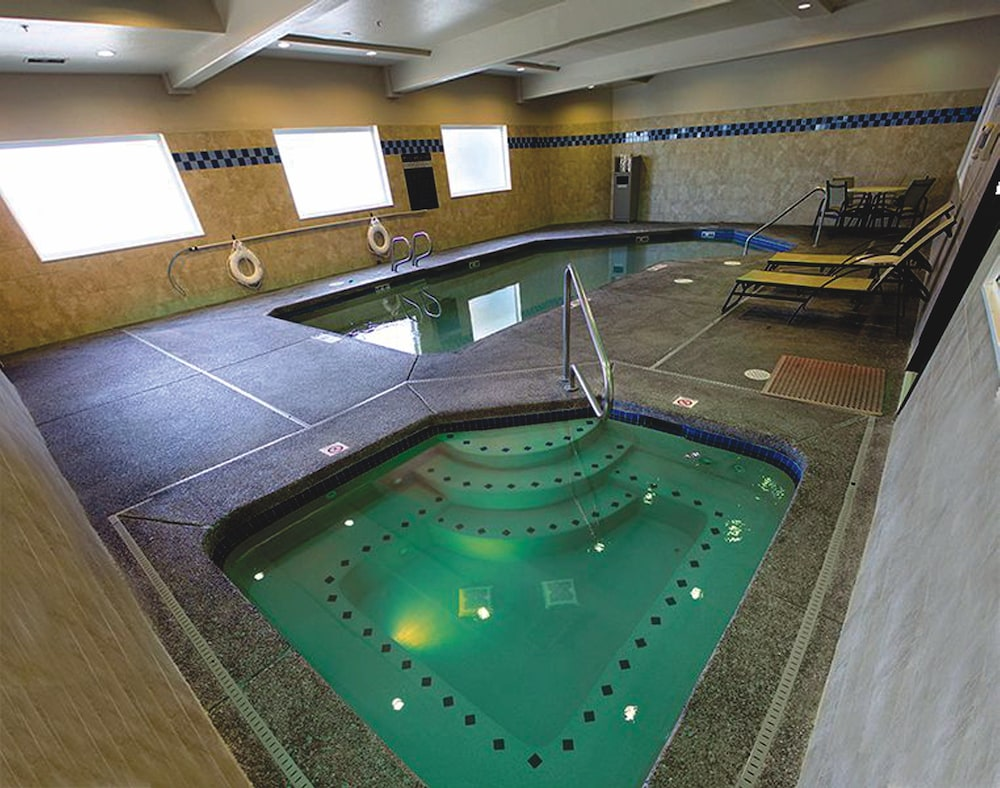 Pool, Holiday Inn Express Portland East - Troutdale, an IHG Hotel