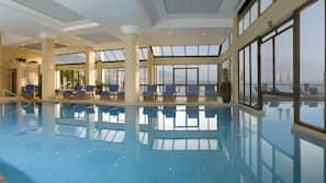 Een binnenzwembad en een buitenzwembad