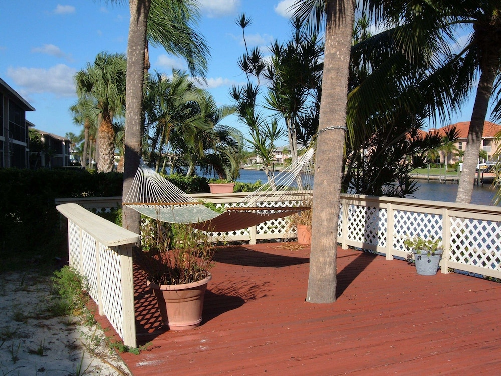 Porch, Hideaway Waterfront Resort & Hotel