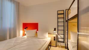 Una scrivania, Wi-Fi gratuito, lenzuola, orologio con sveglia