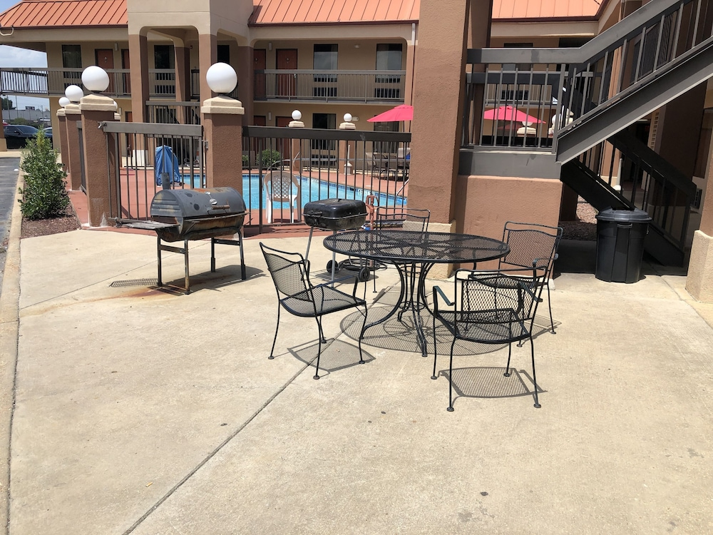 Pool, Days Inn by Wyndham Columbus