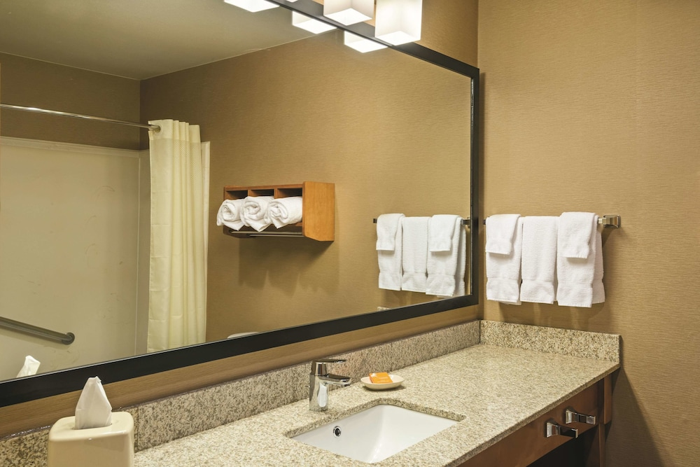 Bathroom, La Quinta Inn & Suites by Wyndham Coeur d`Alene