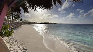 Ubicación a pie de playa, cabañas de uso gratuito, tumbonas y sombrillas