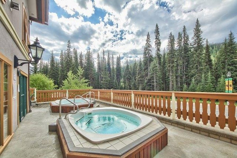 Outdoor Spa Tub, Hearthstone Lodge by Bear Country