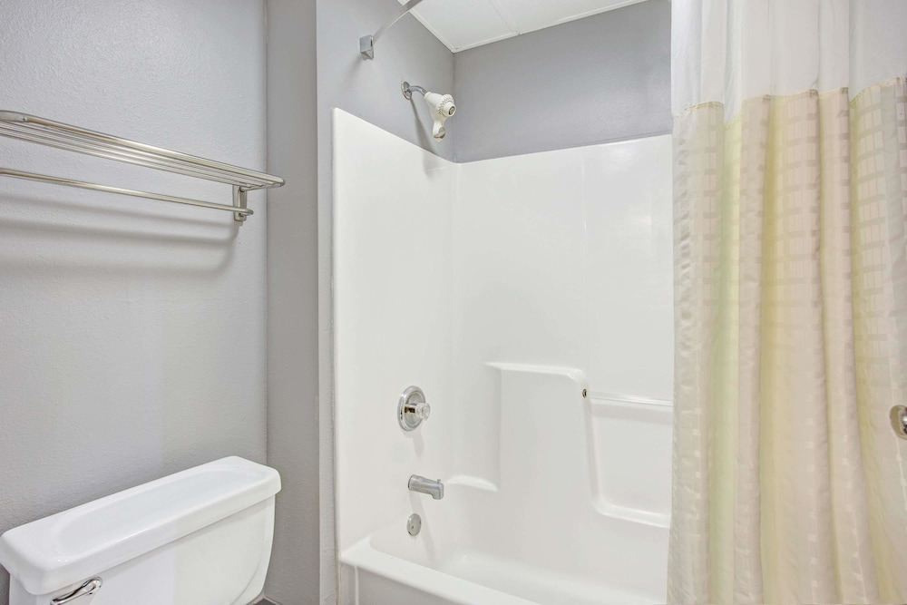 Bathroom, Days Inn by Wyndham Great Lakes - N. Chicago