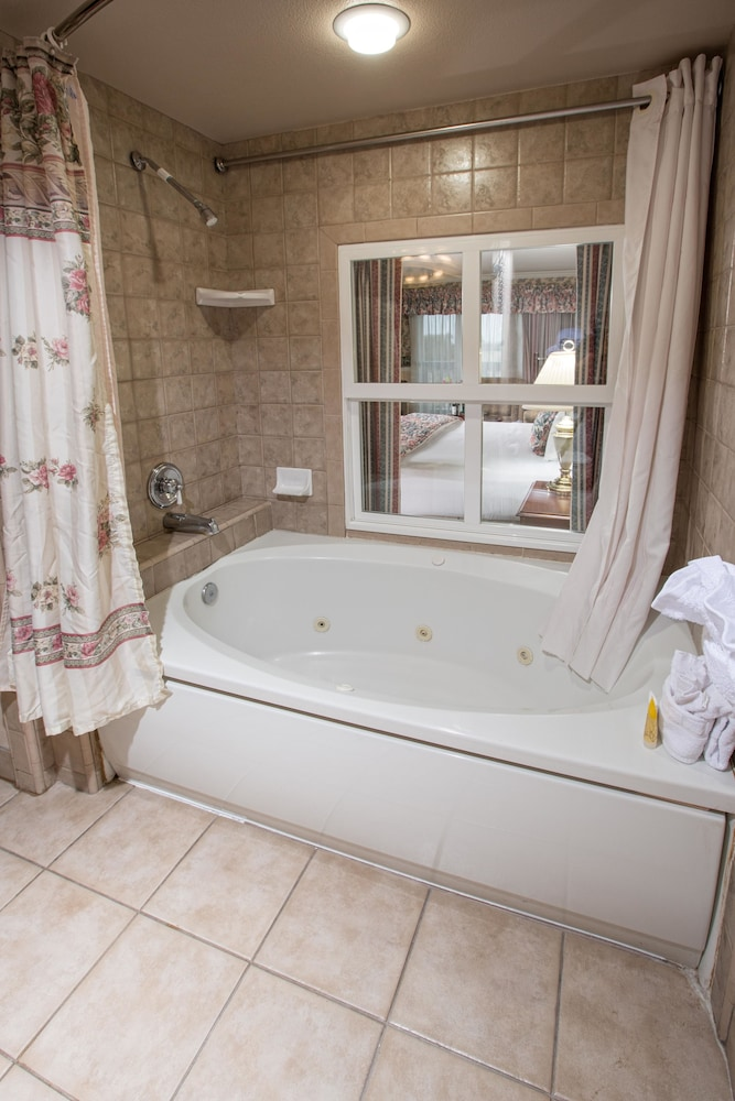 Jetted Tub, Ascot Suites