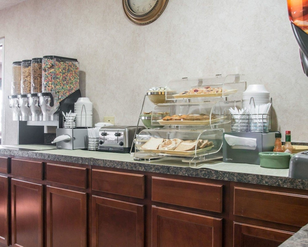 Breakfast buffet, Quality Inn Hudsonville