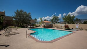 Een seizoensgebonden buitenzwembad en parasols bij het zwembad