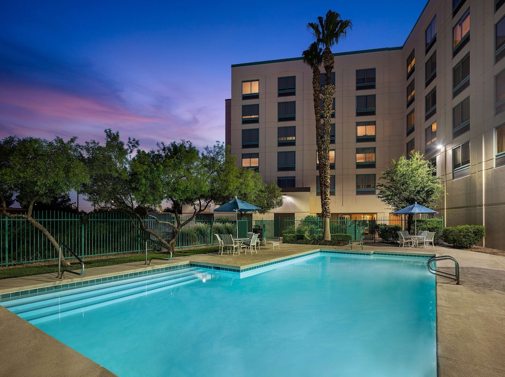 Pool, DoubleTree by Hilton Las Vegas Airport