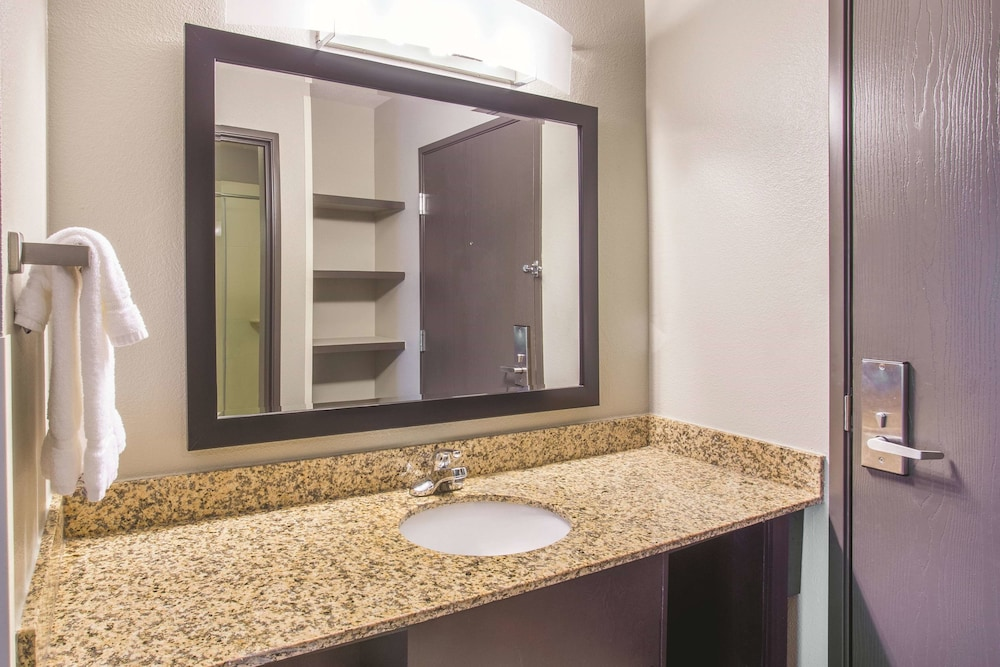 Bathroom, La Quinta Inn & Suites by Wyndham O'Fallon, IL - St. Louis