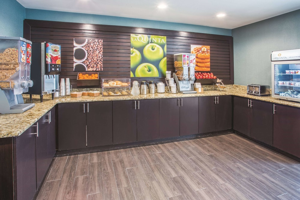 Breakfast Area, La Quinta Inn & Suites by Wyndham O'Fallon, IL - St. Louis
