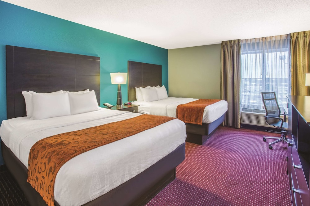 Room, La Quinta Inn & Suites by Wyndham O'Fallon, IL - St. Louis