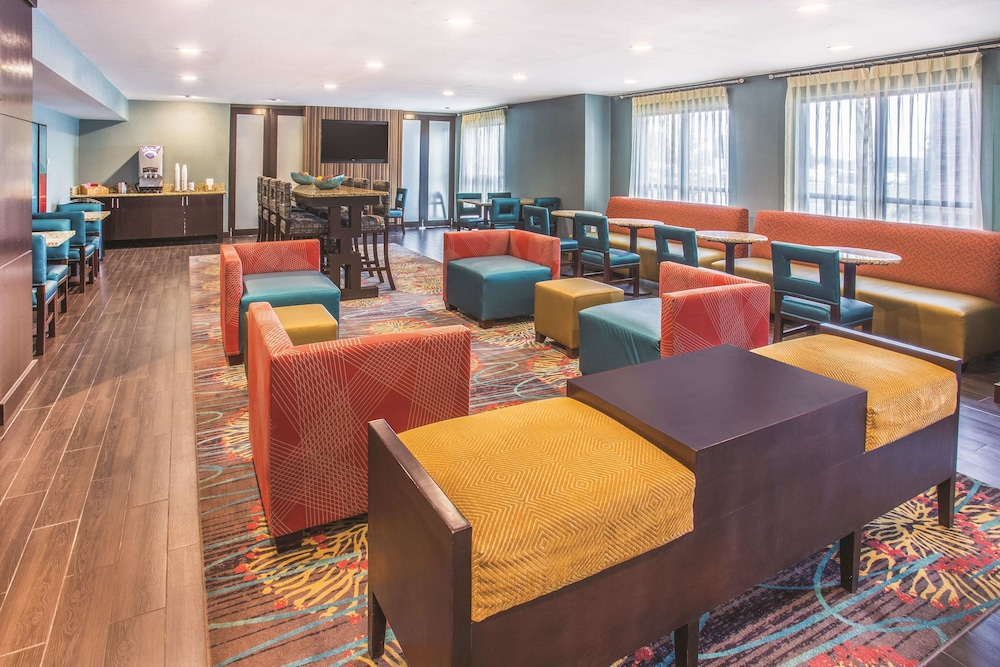 Lobby, La Quinta Inn & Suites by Wyndham O'Fallon, IL - St. Louis
