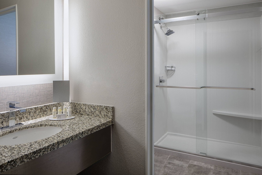 Bathroom, Courtyard by Marriott Fort Worth Downtown/Blackstone