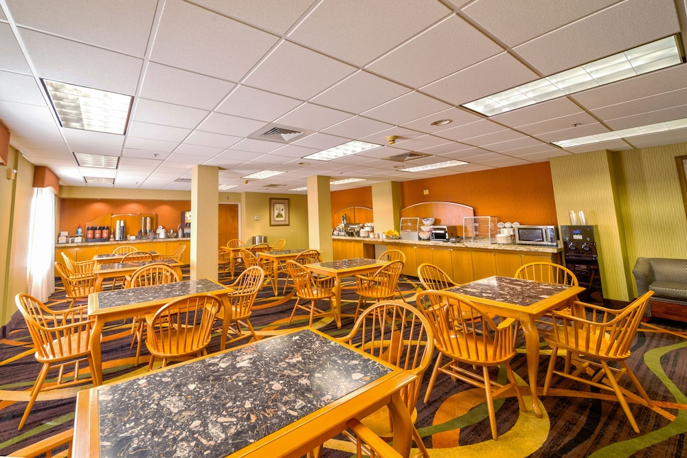 Breakfast Area, AmericInn by Wyndham Denver Airport