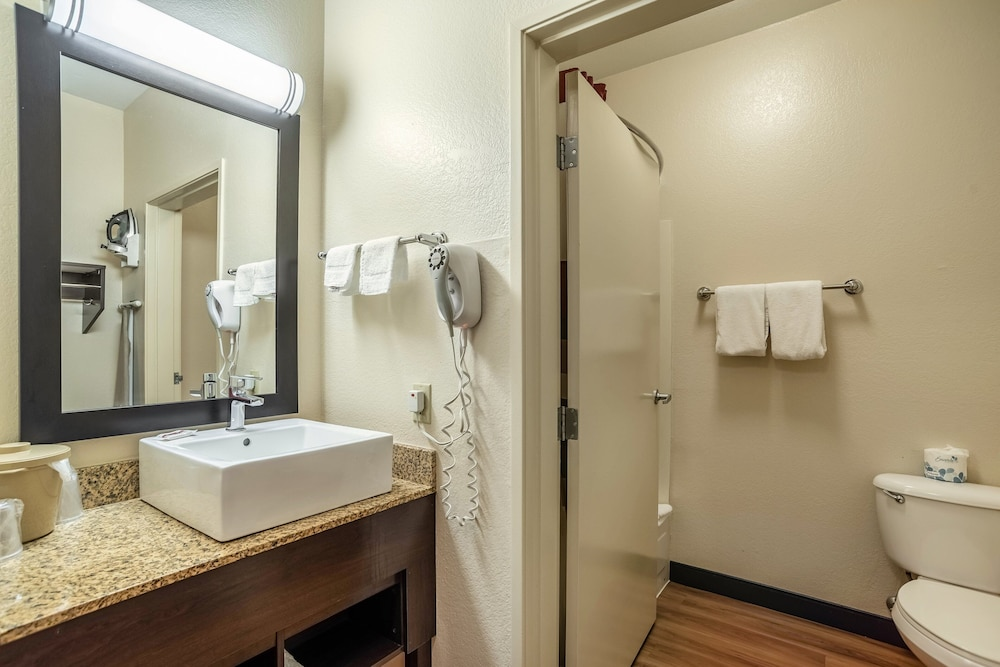 Bathroom, Red Roof Inn PLUS+ Tempe - Phoenix Airport