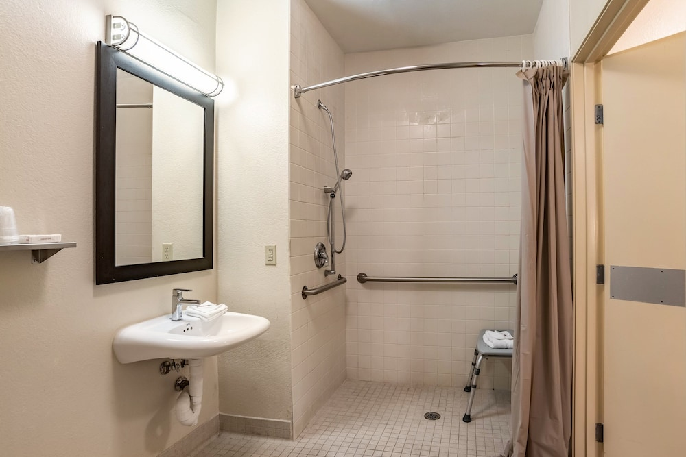 Accessible bathroom, Red Roof Inn PLUS+ Tempe - Phoenix Airport