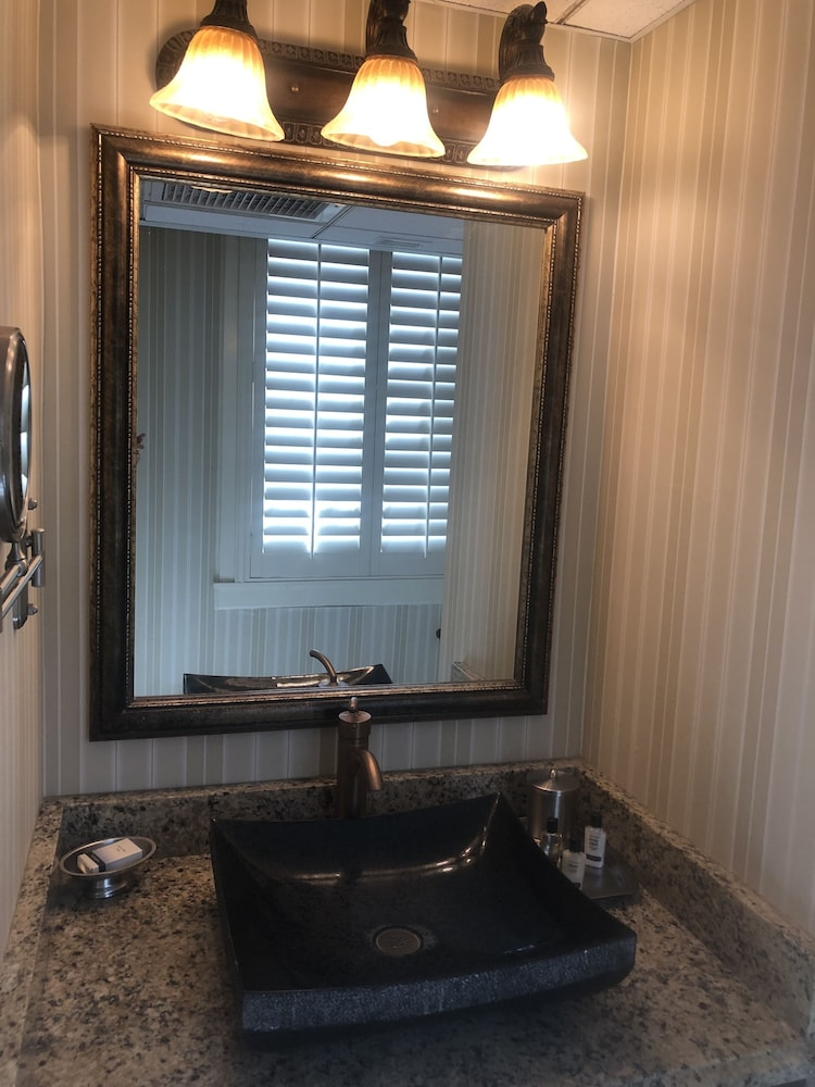Bathroom, The Terrace Hotel