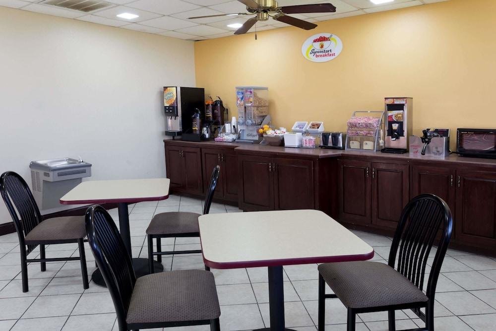 Breakfast Area, Super 8 by Wyndham Indianola