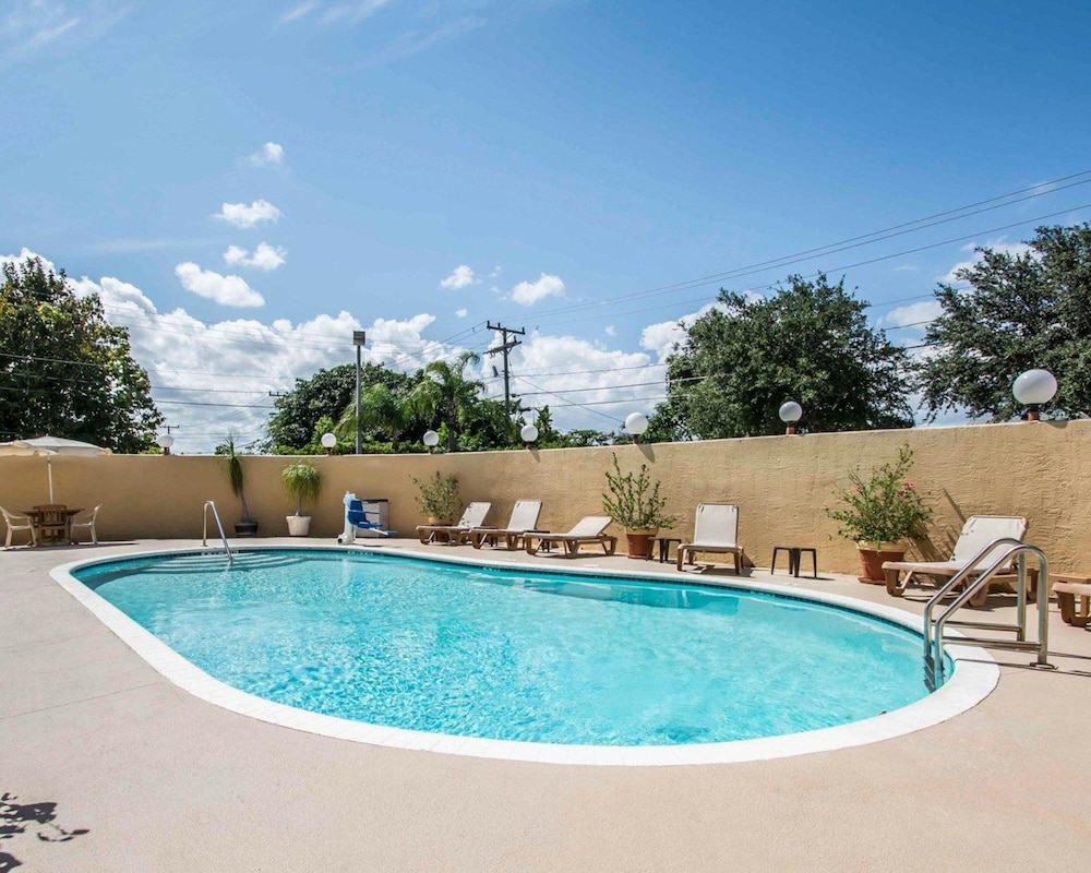 Pool, Comfort Inn & Suites Lantana - West Palm Beach South