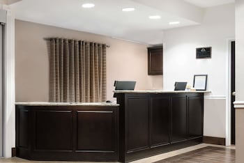 Days Inn & Suites by Wyndham Dallas