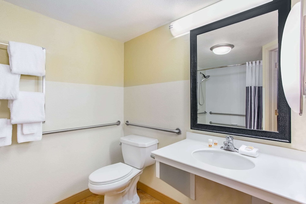 Bathroom, La Quinta Inn & Suites by Wyndham Raleigh/Durham Southpoint