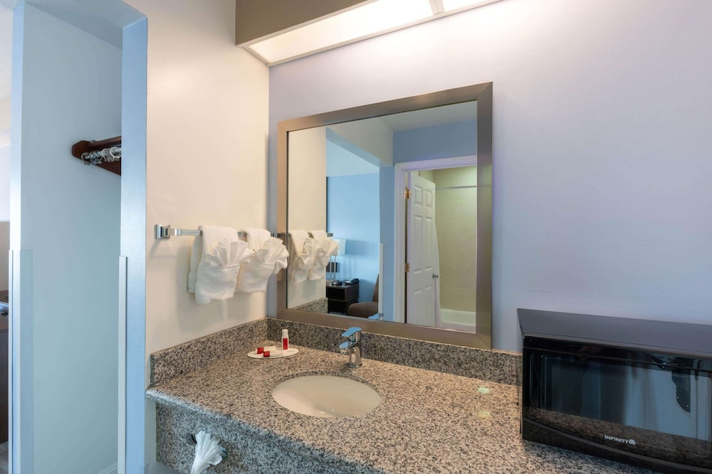 Bathroom, Super 8 by Wyndham San Bruno /SF Intl Arpt West