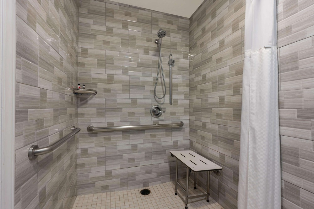 Accessible bathroom, Super 8 by Wyndham San Bruno /SF Intl Arpt West