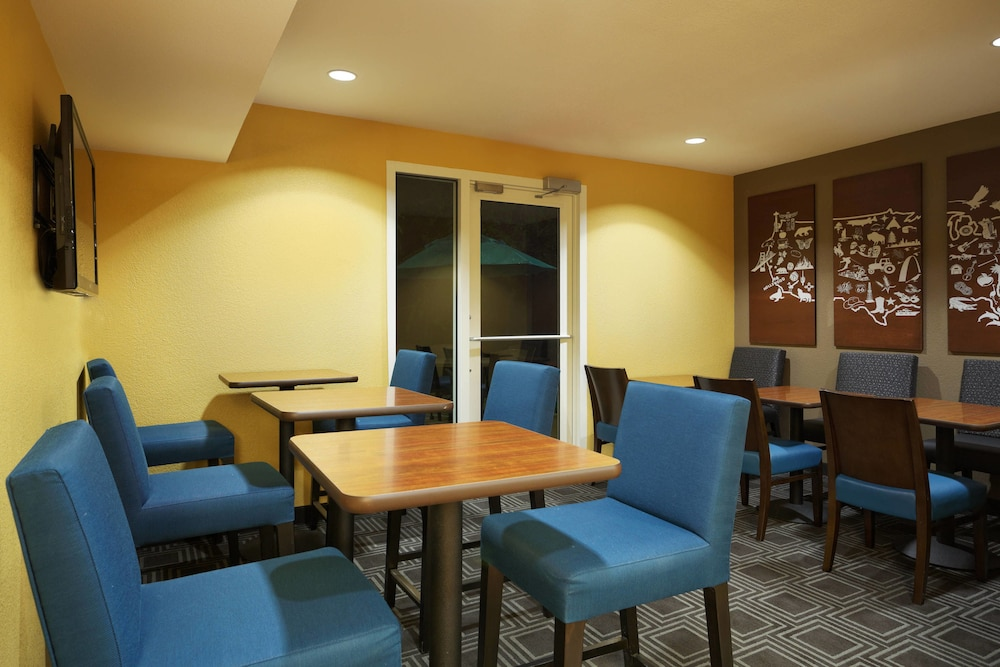 Breakfast Area, TownePlace Suites by Marriott Tampa North/I-75 Fletcher