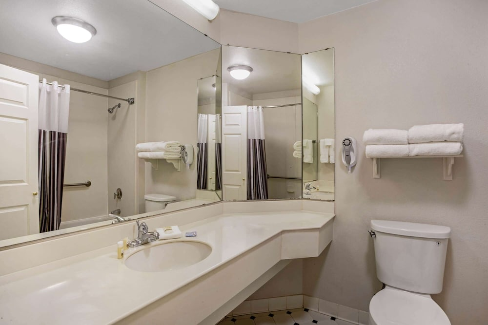 Bathroom, La Quinta Inn & Suites by Wyndham Winston-Salem
