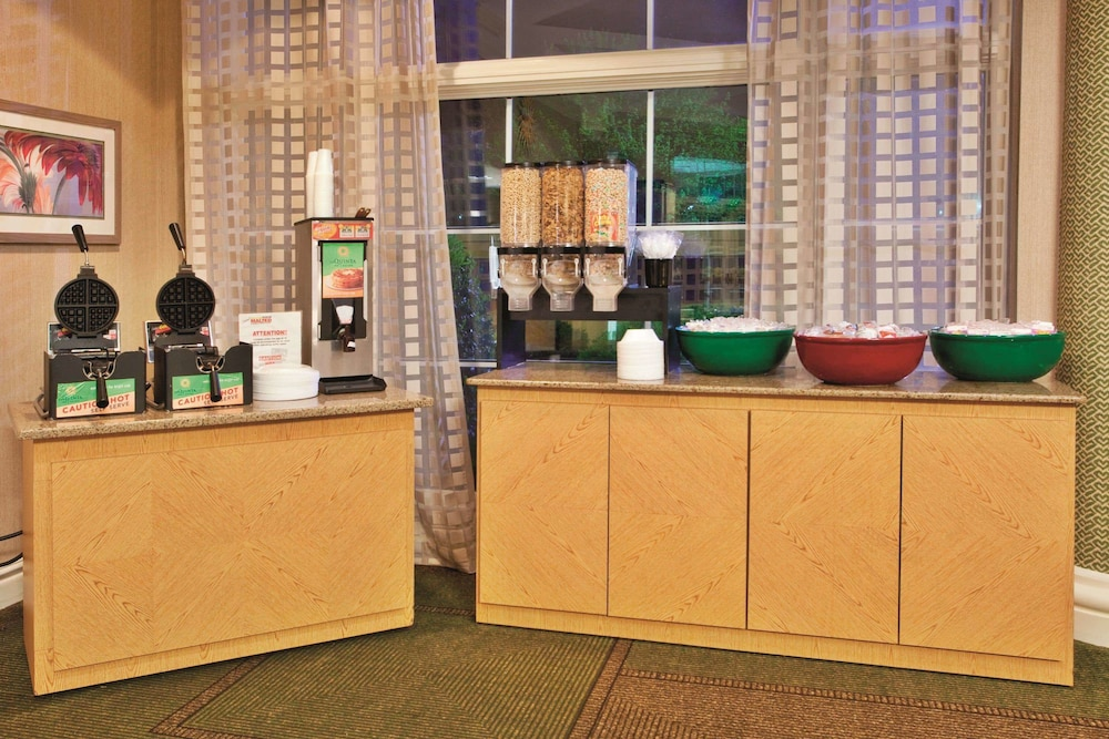 Breakfast Area, La Quinta Inn & Suites by Wyndham Winston-Salem