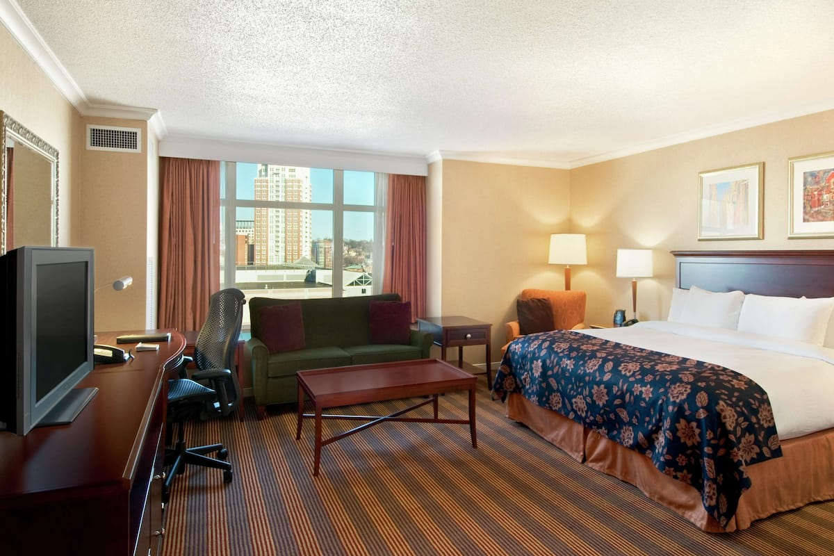 Premium bedding, in-room safe, iron/ironing board, WiFi