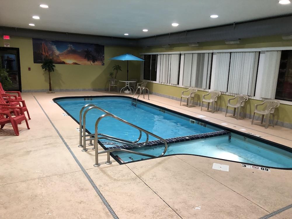 Indoor Pool, Days Inn & Suites by Wyndham Youngstown / Girard Ohio
